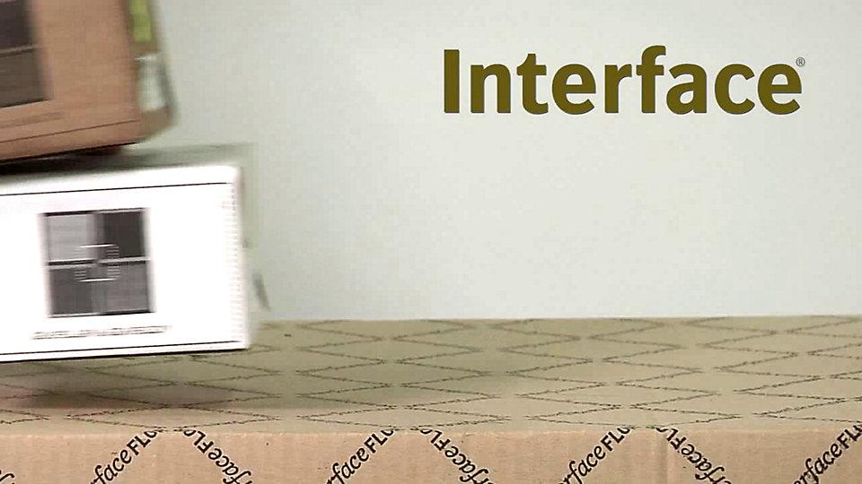 Voyez combien il est facile d'installer un carreau de tapis d'Interface avec notre système d'installation TacTiles.  -