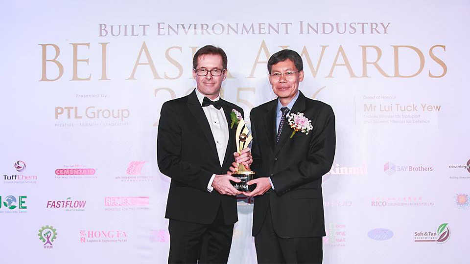 Rob Coombs, Interface Asia Pacific CEO and President, receiving the ARCA's Eco-green Outstanding Leadership Award. Photo Credits - BEI Asia Awards 2016