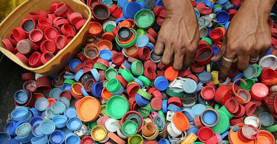 A parceria da Dell e da Lonely Whale está reunindo as empresas para dimensionar a reciclagem e a reutilização de plásticos ligados aos oceanos.