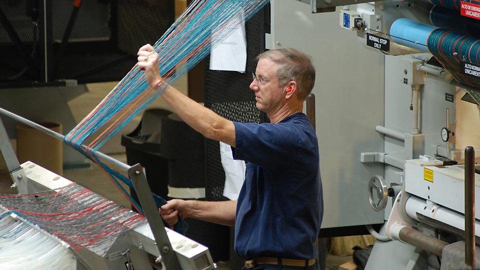 Materiales de prueba para nuevos conceptos de diseño, incluyendo pedidos personalizados, son producidos en la planta piloto de tufting.