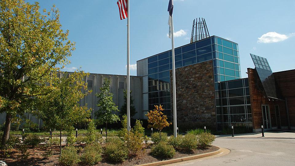 La fábricada ubicada en la planta Ray C. Anderson utiliza luz natural y paneles solares para reducir el uso de energía.