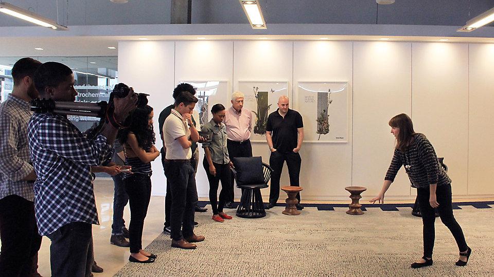 La styliste de produits Gretchen Wagner guide les étudiants dans les diverses installations de planches étroites de la salle d'exposition