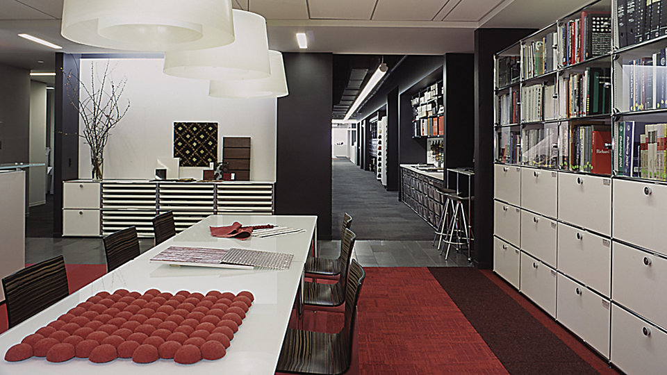 <b>Site</b> Gensler, New York (New York) &nbsp;&nbsp;<b>Produit</b> Syncopation &nbsp;&nbsp;<b>Couleur</b> 6480 Flame &nbsp;&nbsp;<b>Produit</b> Menagerie &nbsp;&nbsp;<b>Couleur</b> 4917 Cardinal &nbsp;&nbsp;<b>Photo</b> ©Eric Laignel